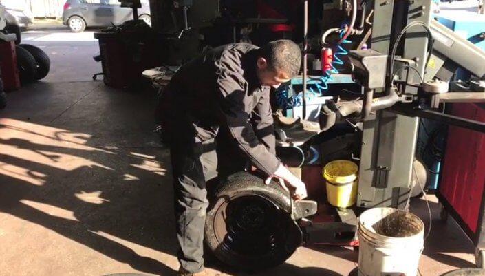החלפת גלגל לרכב במוסך צמיגי זוארץ שלב אחר שלב